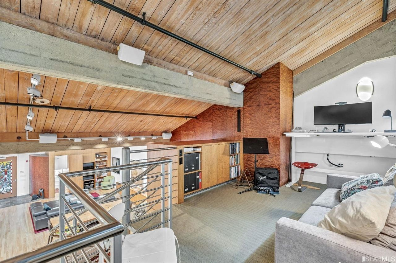 SF Loft Apartment with Sawtooth Roof - Lofted work space